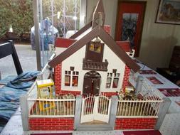 Ancienne maison de poupée miniature en bois alsacienne jard